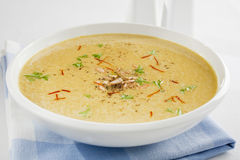 西班牙葱汤用番红花和杏仁 免版税库存照片