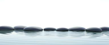 禅宗石头在宽银幕的水中 免版税库存照片
