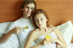 新夫妇吃早餐在河床 免版税库存图片