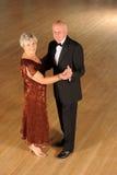在舞蹈姿势的高级夫妇 免版税库存图片