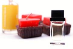 香水和蜡烛 图库摄影