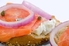 在敬酒的百吉卷的熏鲑鱼和干酪 库存图片