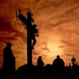 耶稣基督立场与红色日出 免版税库存图片