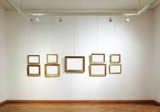 在画廊的空白框架 免版税库存照片