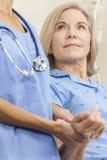 高级女性妇女患者在医院病床上 库存照片
