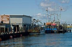 靠码头的渔船 免版税图库摄影
