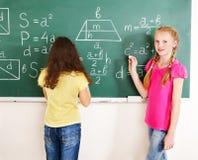 在黑板的小学生文字。 免版税库存照片