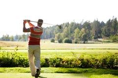 Человек играя гольф Стоковые Изображения