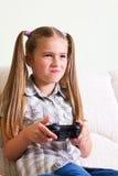 打电子游戏的女孩。 库存图片