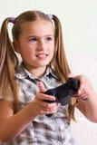 打电子游戏的女孩。 图库摄影