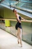 在自动扶梯的跳芭蕾舞者 库存图片