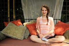 Έφηβος που διαβάζει ένα βιβλίο Στοκ εικόνες με δικαίωμα ελεύθερης χρήσης