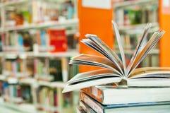 Ανοιγμένο βιβλίο στη βιβλιοθήκη Στοκ εικόνα με δικαίωμα ελεύθερης χρήσης