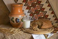 Ακόμα ζωή με ένα γυαλί ψωμιού κανατών των αυτιών γάλακτος Στοκ Εικόνα