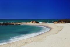 在圣克鲁斯附近的无人居住的海滩 免版税库存图片