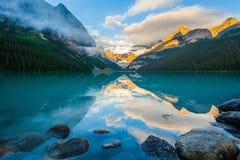 在湖的山反映 库存照片