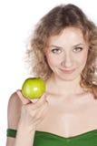 微笑的可爱的妇女提供一个绿色苹果 免版税库存照片