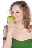 微笑的可爱的妇女提供一个绿色苹果 免版税库存图片