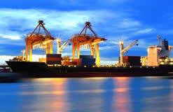 容器货物与工作的运费船 免版税库存照片