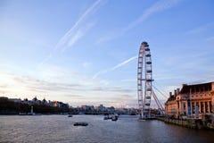 从威斯敏斯特桥梁的伦敦眼睛 免版税库存照片