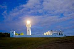 灯塔在晚上 免版税库存图片