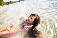 Μικρό κορίτσι που κολυμπά στη θάλασσα Στοκ Φωτογραφία