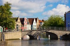 Φλαμανδικές σπίτια και γέφυρα πέρα από το κανάλι στο Μπρυζ Στοκ φωτογραφία με δικαίωμα ελεύθερης χρήσης