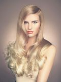 Όμορφη κυρία με το θαυμάσιο τρίχωμα Στοκ Φωτογραφία