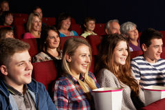 注意在戏院的组少年朋友影片 库存图片