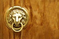 狮子顶头通道门环 免版税库存照片
