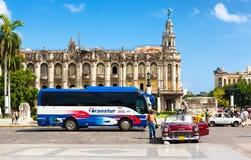 经典汽车和旅游业公共汽车在哈瓦那 免版税库存照片