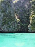 用岩石和绿松石水,热带环境美化 库存照片