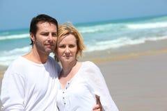 在海边的夫妇 免版税库存图片