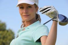 女性高尔夫球运动员 免版税库存照片