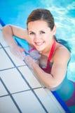 一个少妇的纵向游泳池的 免版税库存图片