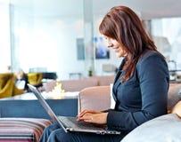 有计算机的妇女 免版税库存图片