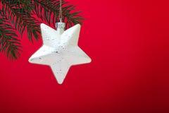 Золотистая звезда рождества на красной предпосылке Стоковая Фотография RF