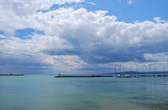 在海湾的游艇 免版税图库摄影
