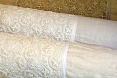 与棉花钩针编织鞋带的亚麻制枕头盒 库存图片