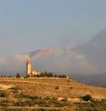 在小山的一个教会 库存照片