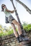 路灯柱的女孩 免版税库存照片