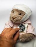 Больной плюшевый медвежонок в кровати Стоковые Фотографии RF