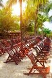 在加勒比海滩的木轻便折叠躺椅 免版税库存照片