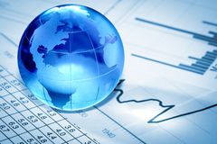 Глобус с финансовохозяйственными бумагами Стоковое Изображение RF
