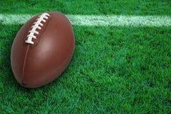 在球门线的橄榄球在草 库存图片