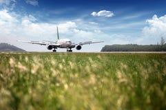 客机飞行在起飞跑道 免版税库存照片