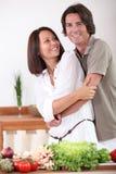 在家烹调的夫妇 免版税库存图片