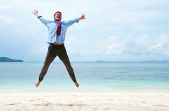 跳在海滩的不道德的行为人 免版税库存图片