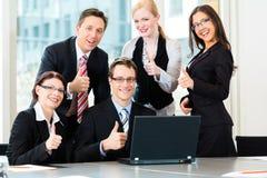 предприниматели имеют встречу команды в офисе Стоковые Изображения RF