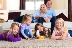 Семья играя настольную игру дома Стоковое фото RF
